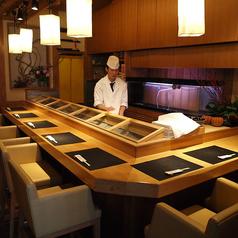 カウンター席は、一貫ずつ丁寧に握るお寿司を目の前で楽しんでいただけます。お1人様でもお気軽にお越しください。2席を繋げてベンチシートに変更可能です。