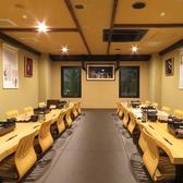 【千代流】最大宴会40名様収容可能のお部屋。「新潟と福岡の架け橋」 萬代橋×博多織の部屋です。777年の歴史を迎えた博多織。サヌイ織物が持つ素晴らしい技術で作られた、数々の博多織作品が展示されている贅沢なお部屋でお寛ぎ下さい。