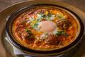 料理メニュー写真ケフタと落とし卵のトマト煮