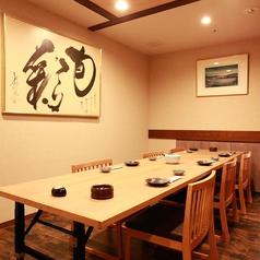 2名様から利用できるテーブル個室をご用意!少人数の利用でも広々ご利用いただけます.。通常8名様程度の個室を2名様からご利用いただけます。