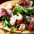 料理メニュー写真ホワイトソースのピザ/生ハムピザ