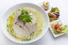 料理メニュー写真鶏肉のフォー「フォー・ガー」セット…タイサラダ付き