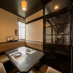 【4~6名様向け お座敷個室】広々とした造りの扉付き個室は、周りを気にせず落ち着いてゆっくりとお寛ぎいただけます。快適空間で楽しいひとときを。会社宴会や会食などのシーンでも安心してご利用いただけます。