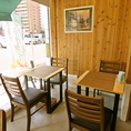 ナチュラルで暖かみのある雰囲気の4人掛けテーブル席。ゆったりとランチやスムージーなどを楽しめる♪