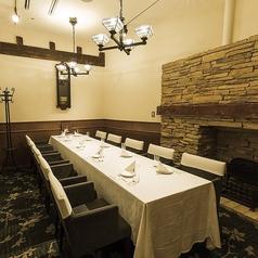 <接待向き個室>VIPルーム★ロイヤルサルーン★ こちらは和と洋のテイストを織り交ぜたとっておきの一部屋です。当店自慢の完全個室。接待から法事、顔合わせ、大切なお集まりで是非ご利用下さい。8~10名様でご利用いただけます!洋食の接待をお探しなら当店がオススメです!お気軽にお問い合わせください!