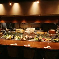 階段を上がりましたら、当店スタッフが笑顔でお出迎え★居酒屋てしごと家銀座店は自慢の美味しい和食料理を堪能できる♪写真のお席はカウンター席となっておりますので、お一人の方やデート、少人数飲み会最適◎人気のお席となっておりますので、ご予約はお早めに!