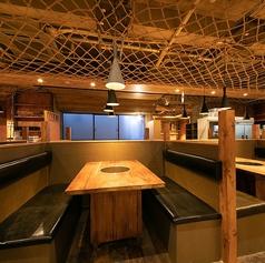 【木を基調とした店内】優しい照明の灯る店内で宴会をしませんか?水炊き・焼き鳥等の鶏料理を存分に楽しめる居酒屋です!