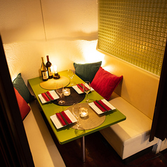 照明がやわらかく差し込んだ雰囲気のあるテーブル席。デートや記念日などのプライベートから接待などのビジネスシーンまで幅広くご利用いただけます。お席の詳細もお気軽にお問い合わせください。