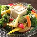 料理メニュー写真【1】 厚切りベーコン 彩お野菜のバーニャカウダー 特製クリームソース