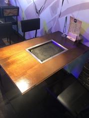 2名様~ご利用可能なテーブル席は仕事終わりのお食事やデートなど使い勝手は様々。長テーブルもございますのでゆったり座れるお席もございます!