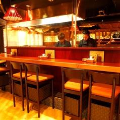 オープンキッチンの広々とした開放感溢れるカウンター席。お一人様も大歓迎♪