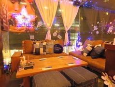 寛ぎのソファ席は合コンや女子会にも大人気★かわいいクッションやお洒落なグッズに囲まれてENJOYな一時を♪