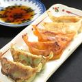 料理メニュー写真餃子3種盛り合わせ~しそ餃子、ピリ辛赤餃子、ジューシー餃子。