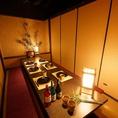 個室10名様席★合コンから接待、歓迎会・送迎会に向いているお部屋になっております。優しい灯りが雰囲気よく照らしだし、リラックスした状態でゆっくりと語らいやすい空間をつくりだしてくれます。