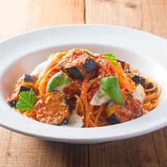 料理メニュー写真茄子とモッツァレラチーズのトマトソースパスタ