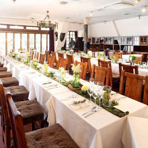 当店では結婚式~披露宴~二次会まで、当店で一貫して大切なウエディングパーティーを演出することが可能です。1階フロア・2階フロアとそれぞれ着席は80名様程度、半立食の場合120名様までご利用いただけます。イタリアの古くからある家庭をイメージした店内で伝統的なイタリアの料理と共に幸せを彩るパーティーを演出いたします。