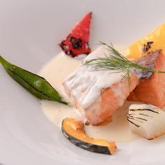 料理メニュー写真サーモンの低温ロースト ペリーラソース