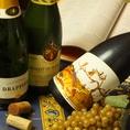 シェフが厳選するワインは390円~注目の日本産ワインはグラスで690円~全6種お楽しみいただけます。フランスのレシピを再現した贅沢料理との組み合わせをお愉しみください。