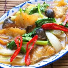 料理メニュー写真白身魚とセロリの炒め「プラー・パッ・クンチャイ」