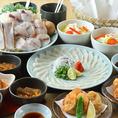 ふぐ料理を贅沢に堪能できるコースは2480円~!ふぐ刺しにふぐ鍋と、ふぐ三昧のコースが盛りだくさん◎ひれ酒や日本酒との相性も抜群でお酒も進みます。中でもオススメなのが期間限定「焼きふぐコース」。焼くとふぐの旨味や香りが一層引き立ち、噛むたびにジューシーな旨味が口の中に広がります。宴会、飲み会に是非◎