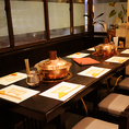 奥のテーブルは2卓着けて最大10名様の宴会に対応しております。