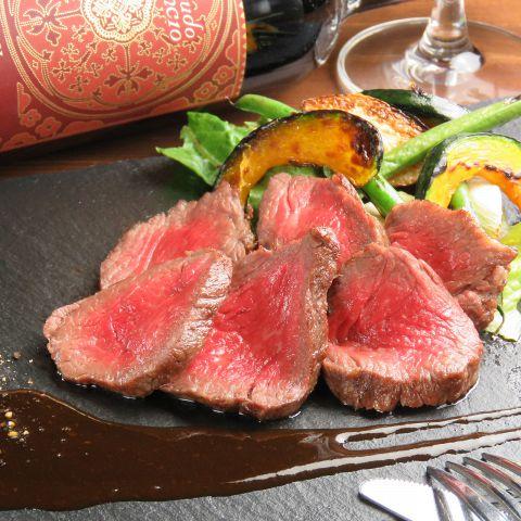 北海道の南西部に位置する平取町で生産された「びらとり和牛」平取町の凍てつく冬の寒さを乗り越える事によって、肉の旨味が凝縮され、味の濃い牛肉になっているのが特徴です。当店では厳選された最高A5ランクのお肉を産地から直接仕入れ、(ランプ/サーロイン/フィレ)それぞれの部位をお手頃な価格で提供しております。