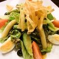 料理メニュー写真ベリーニ自家製和風ドレッシングのサラダ