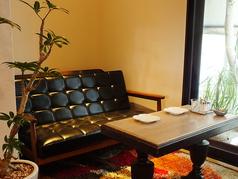 赤色のソファが印象的なかわいいお席