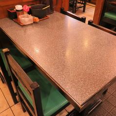 【テーブル】4名様席が2席・3名様席が1席ございます。