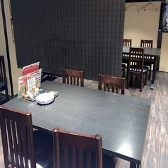 4名、6名様までのテーブル席がございます。テーブルをつなげて34名様までのご宴会にも対応可能です。ゆったりとしたテーブルの間隔で、簾もご用意しておりますので周りを気にせずお食事をお楽しみいただけます。