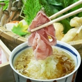 黄金のみぞれ豚しゃぶとは厚さ1ミリの豚肉をおだしに通し、たっぷりの葱を絡め・赤柚子胡椒と三段仕込みの和風つゆで頂くお料理です!厳選の和野菜と阿蘇自然三元豚を心ゆくまでお楽しみ下さい