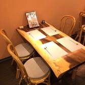 店内中央のテーブル席は女子会から宴会まで幅広いシーンでお使いいただけます。[女子会/宴会/誕生日/デート/広島/果実酒/単品飲み放題/袋町/スイーツ/デザート/肉/野菜/コース]