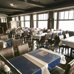 神戸の港と夜景を堪能したいなら窓際のお席をぜひご予約の上、ご来店下さい!ディナーにはセルフアルコールバーでお好みのお酒を楽しめる、飲み放題付コースをご用意!季節の食材を使用した旬に合わせたお料理とお酒を、夜景とともにお楽しみ下さい。