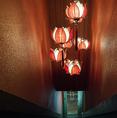 幻想的照明が印象的な階段を上がって店内へ