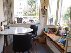 2名様でご利用いただけるテーブル席です。店舗入り口左側にございます。【Cafe&Bar Wish (カフェ アンド バー ウィッシュ)】