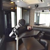 ◆マイクスタンドあり◆ライブの練習にもぴったりのステージ付きライブルームにはマイクスタンドが設置されております。ご希望のルーム等ございましたらお気軽にご相談ください。