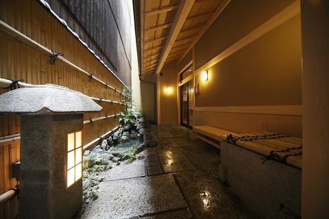 暖簾をくぐれば、和みの席がお出迎え。四季折々の京料理をご堪能下さい。