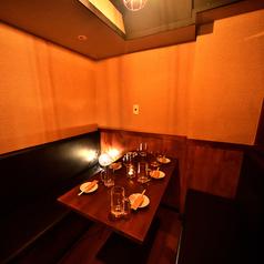 8名様用のテーブル。人気のお席です。簾をおろして優しく空間を保護。お仕事帰りやさくっと飲み、2次会、女子会、合コンなどどんなシーンにもマッチするお席です。小さめのお席は使いやすさ、気軽さが魅力です◎