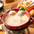 ◆看板メニュー◆ウメ子の人気メニュー「チーズフォンデュ」!合コンや女子会でも人気の一品です。とろとろにとろけたチーズをお好きな具材にたっぷりと絡めてお楽しみください。あつあつのうちが食べごろです。