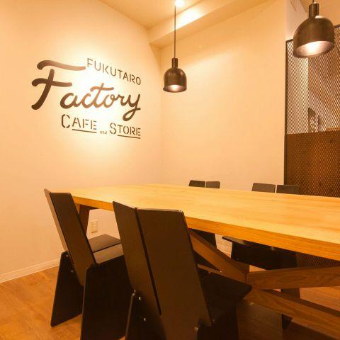 ゆったり6名テーブルは、ちょっとした集まりにお使いください♪ 気持ちのいい空間でお食事とお飲み物をお楽しみください♪ (4名様~予約可)最大8名様までお座りいただけます。ご相談ください☆