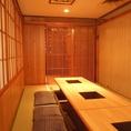 【好立地!飯田橋の個室完備居酒屋】飯田橋駅1分の好立地なので、仕事終わりの飲み会やお食事にも便利!「素材屋」では厳選食材を使用したこだわりの和食お楽しみいただけます。店内には掘りごたつ個室、テーブル席、BOX席を完備。個室は少人数での利用はもちろんのこと、最大80名様迄の大宴会も対応可能です。