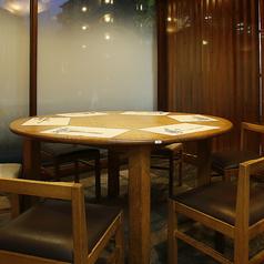 4~6名様向けテーブル席。角のない、ころんとした丸テーブル。店内に温かみをもたらす存在感。ご家族での食事会や、グループでのご利用にオススメです。