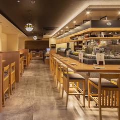 【カウンター席】落ち着いた雰囲気が漂うおしゃれな店内を「日本酒×発酵料理」でお楽しみください。