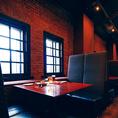 【テーブル席】伝統的な造りの赤レンガの美空間でゆったりとお寛ぎいただけるお席をご用意☆時間を忘れ、当店自慢のピザやオイスター料理と豊富なビールと共に寛ぎのひとときをお過ごしください!!少人数~大人数まで様々なシーンでご利用頂けます!!