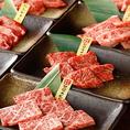 【厳選ホルモン・肉使用】独自の仕入れルートを持つからこそ入荷できる、衛生環境や飼育管理にもこだわった厳選肉はどれも一級品ばかり。極上ホルモンは一皿190円~と高コスパ。お好きな部位を注文して楽しむのも良し、食べ放題で人気のホルモンを網羅するのも良し!新宿西口での焼肉宴会に是非ご利用ください。