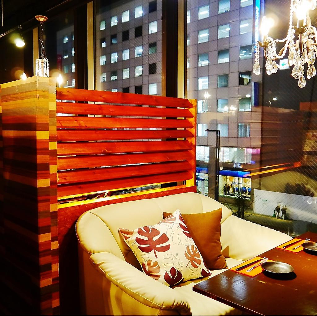 カップルに人気の窓際の夜景が見えるカップルシート♪2人だけの時間を演出致します!