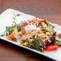 料理メニュー写真カリカリベーコンと温玉のシーザーサラダ