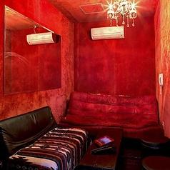 隠し部屋のような扉から入る!深紅の壁とシャンデリアがムーディーなお部屋です!完全個室2名様~ご利用頂けます。
