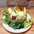 料理メニュー写真まるごとメロンのフルーツパフェ