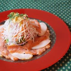料理メニュー写真山盛りゴージャスサラダ